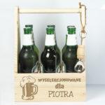 na zdjęciu grawerowane nosidło na piwo