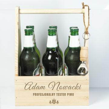 w tle widoczne personalizowane nosidło na piwo