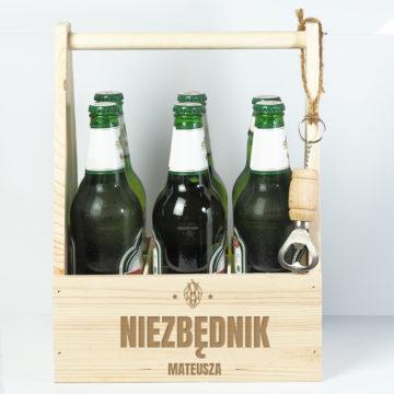 Na zdjęciu widoczne nosidło na piwo z grawerem